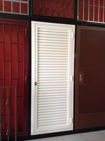 Otros modelos de puertas for Puertas venecianas